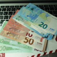 日本円からユーロの外貨両替・換金手数料を安くするおすすめの方法まとめ。どこでお得に両替できるかをヨーロッパ旅行経験者が紹介します